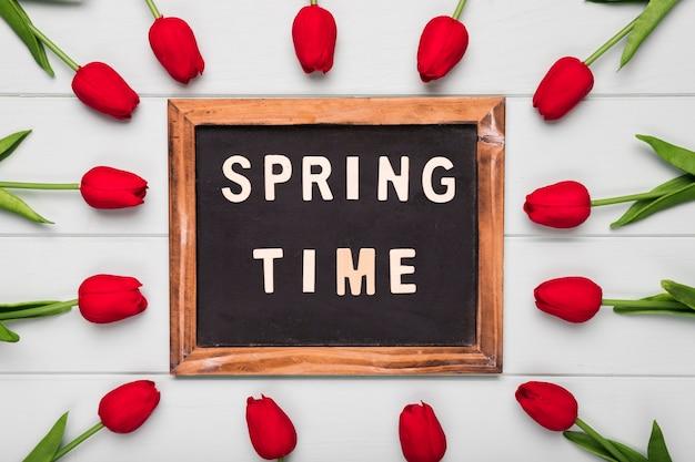 Cornice con tempo di primavera e cornice di tulipani