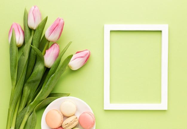 Cornice con tulipani accanto