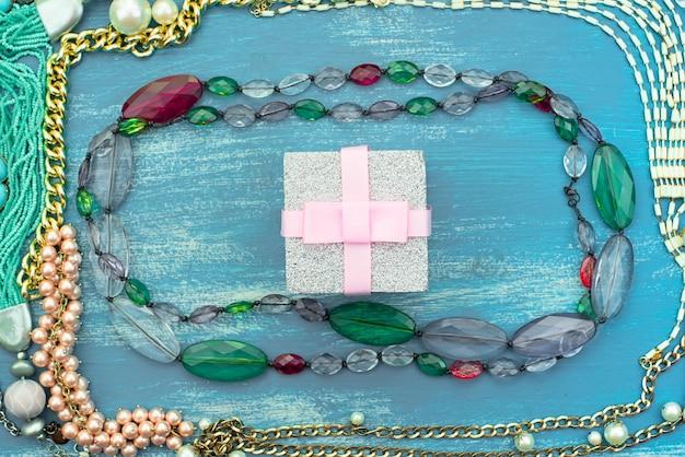 Cornice decorativa di gioielli da donna.