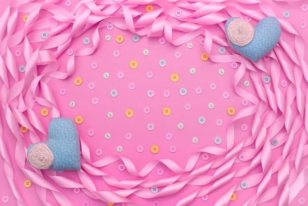 Cornice decorativa di nastro di raso rosa.