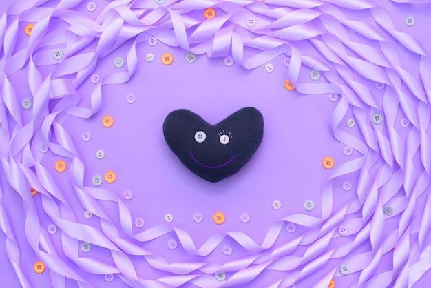 Cornice decorativa di nastro di raso viola.