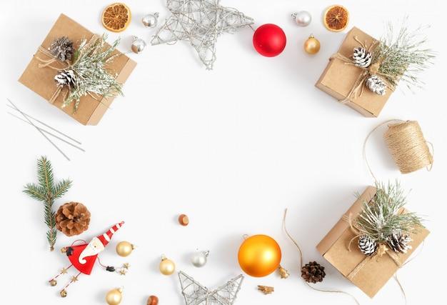 Cornice decorazioni natalizie bianco vista dall'alto nuovo anno piatto disteso