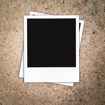 Cornice della foto polaroid su fondo di legno