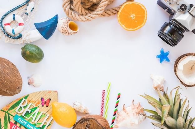 Cornice della fotocamera, frutta esotica e tavola da surf