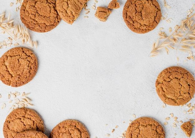 Cornice di biscotti e briciole piatto laici con copia spazio