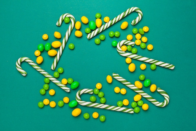 Cornice di caramelle assortite luminose colorate