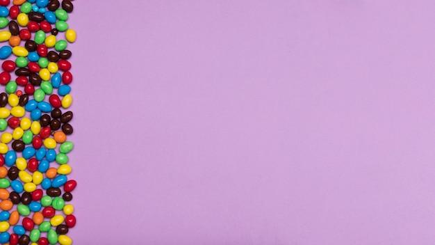 Cornice di caramelle vista dall'alto con copia-spazio