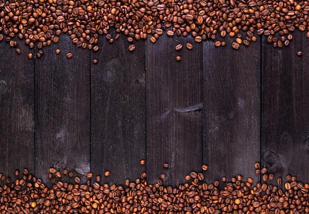 Cornice di chicchi di caffè. vista dall'alto con lo spazio della copia