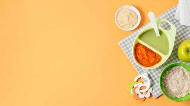 Cornice di cibo piatto laici su sfondo giallo