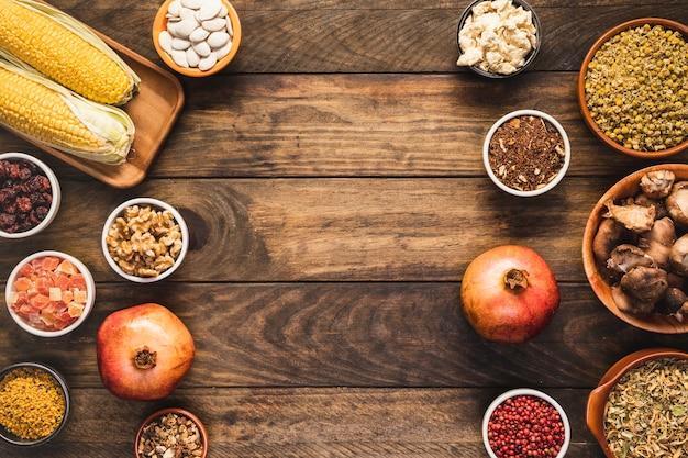 Cornice di cibo vista dall'alto con copia-spazio