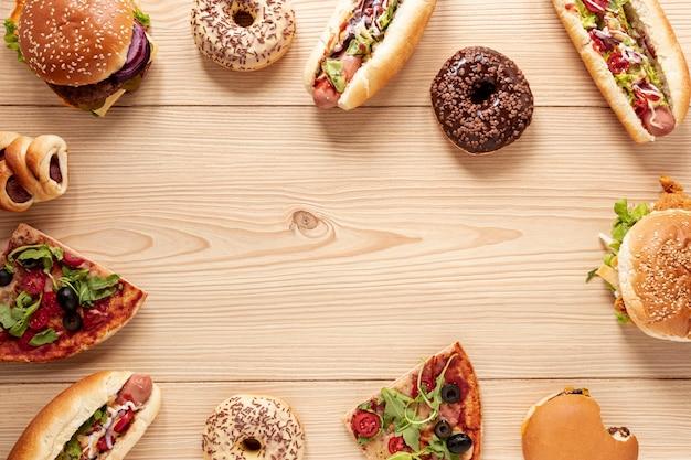 Cornice di cibo vista dall'alto con hot dog