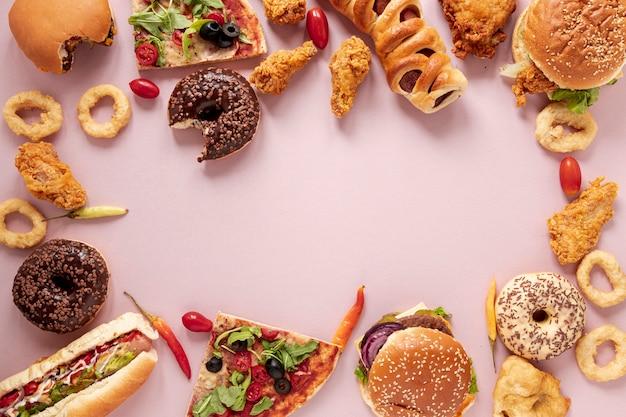 Cornice di cibo vista dall'alto con sfondo viola