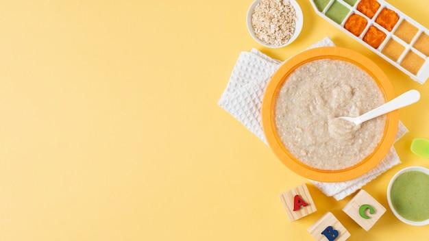 Cornice di cibo vista dall'alto su sfondo giallo
