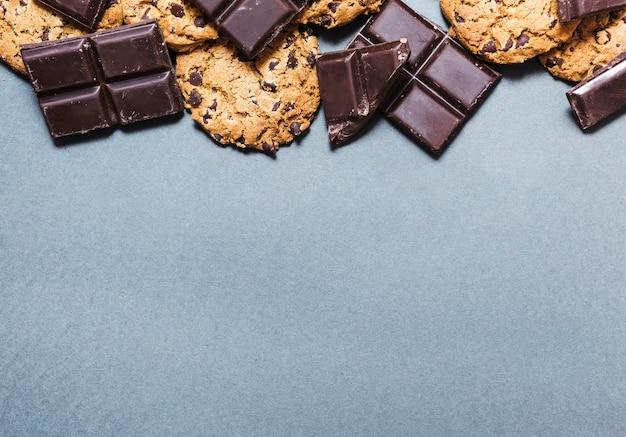 Cornice di cioccolato vista dall'alto con i biscotti