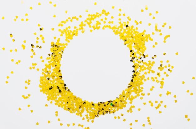 Cornice di coriandoli cuori dorati