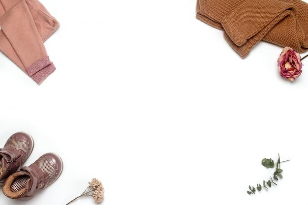 Cornice di cose naturali alla moda per la piccola donna: leggings, stivali e giacca. tonalità tenui pastello alla moda.