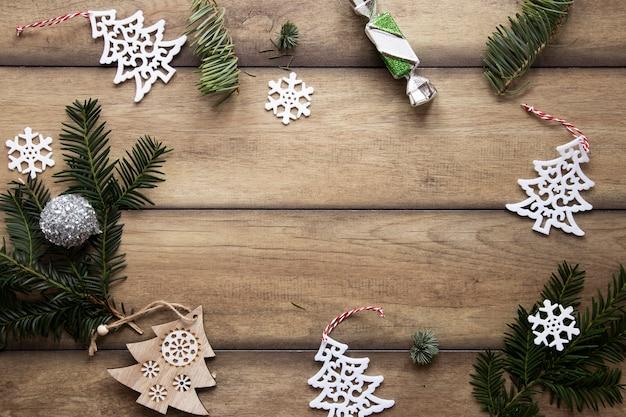 Cornice di decorazioni natalizie con spazio di copia