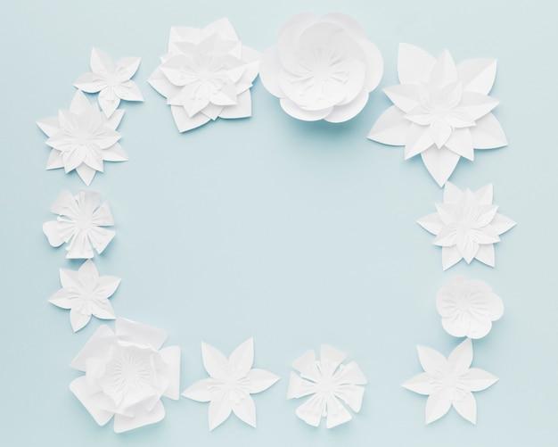 Cornice di fiori di carta vista dall'alto sul tavolo
