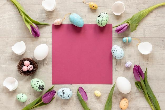 Cornice di fiori e uova per pasqua