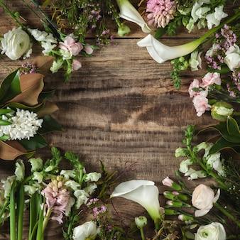 Cornice di fiori su fondo in legno