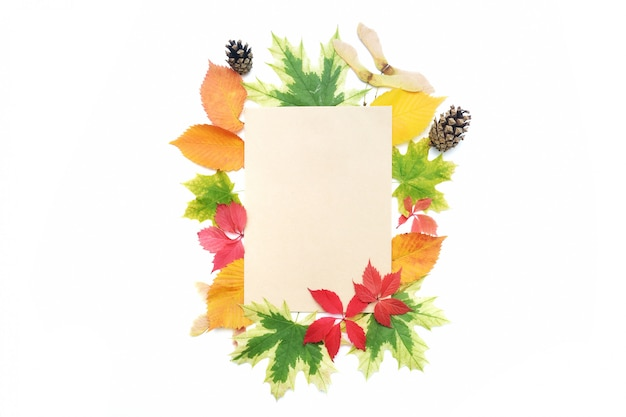 Cornice di foglie d'autunno e foglio di carta kraft per posizionare il testo