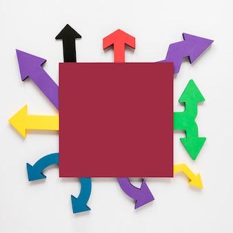 Cornice di frecce colorate vista dall'alto e mock-up quadrato