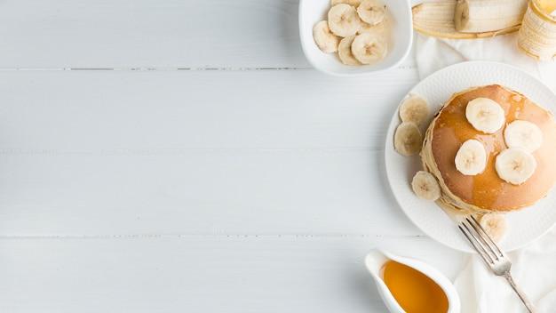 Cornice di frittelle su sfondo bianco