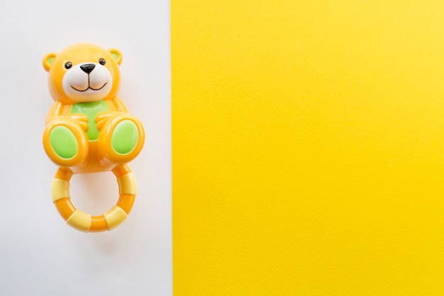 Cornice di giocattoli per bambini su bianco e giallo. vista dall'alto. distesi. copia spazio per il testo