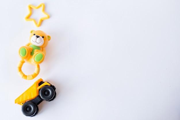 Cornice di giocattoli per bambini su bianco. vista dall'alto. distesi. copia spazio per il testo