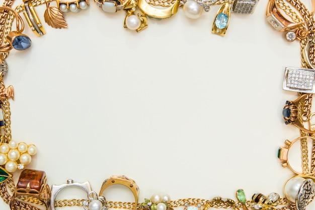 Cornice di gioielli di moda su bianco