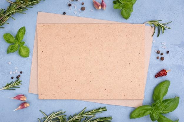 Cornice di ingredienti con foglio di carta bianco