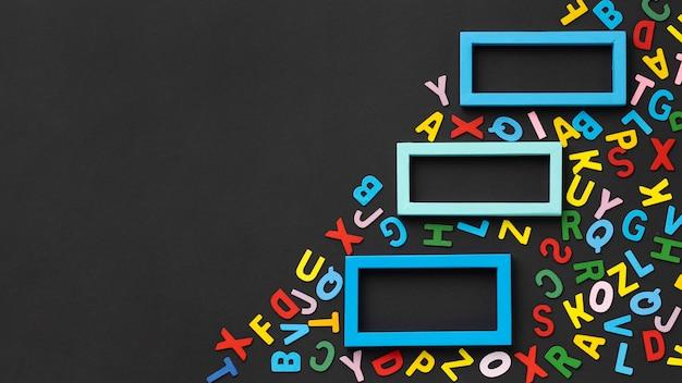 Cornice di lettere colorate vista dall'alto