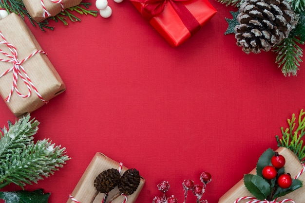 Cornice di natale, con scatole regalo, rami di abete. copia spazio.