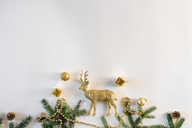 Cornice di natale o capodanno fatta di decorazioni natalizie, palline, perline d'oro, regali, luci e rami di abete