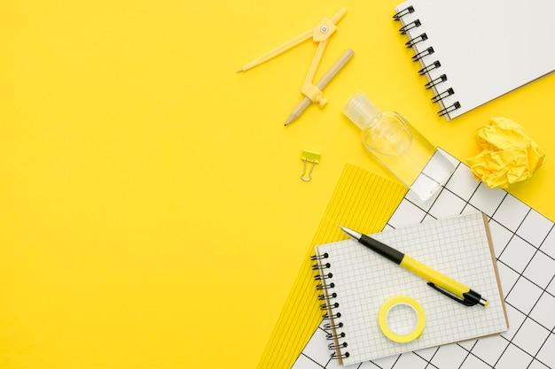 Cornice di oggetti di scuola con copia-spazio