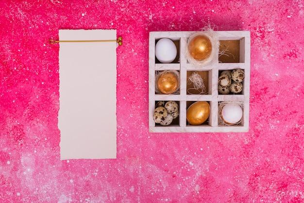 Cornice di papiro e scatola con uova decorate