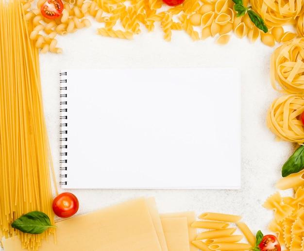 Cornice di pasta italiana con il taccuino