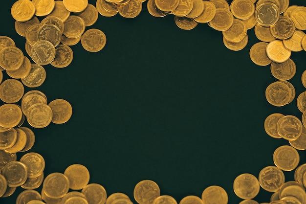 Cornice di pile di monete su sfondo nero