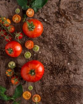 Cornice di pomodori freschi con copia-spazio