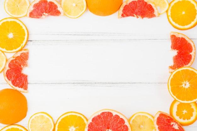 Cornice di pompelmi freschi e arance