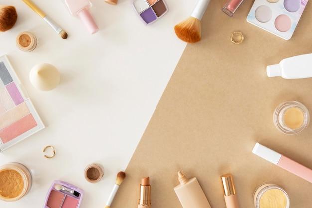 Cornice di prodotti cosmetici sulla scrivania