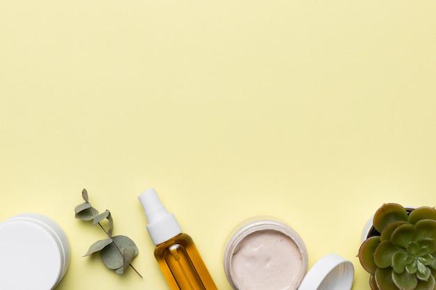 Cornice di prodotti cosmetici vista dall'alto