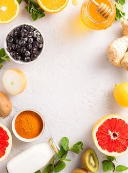 Cornice di prodotti sani per l'immunità che migliora la vista dall'alto. frutta e verdura per rafforzare il sistema immunitario