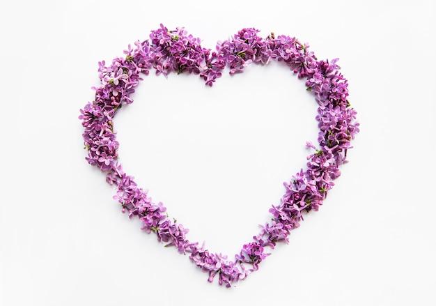 Cornice di rami e fiori di lillà a forma di cuore