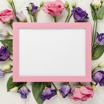 Cornice di rose con cornice rosa