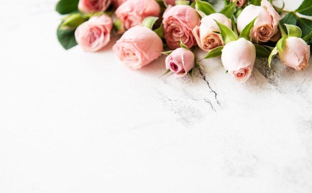 Cornice di rose rosa