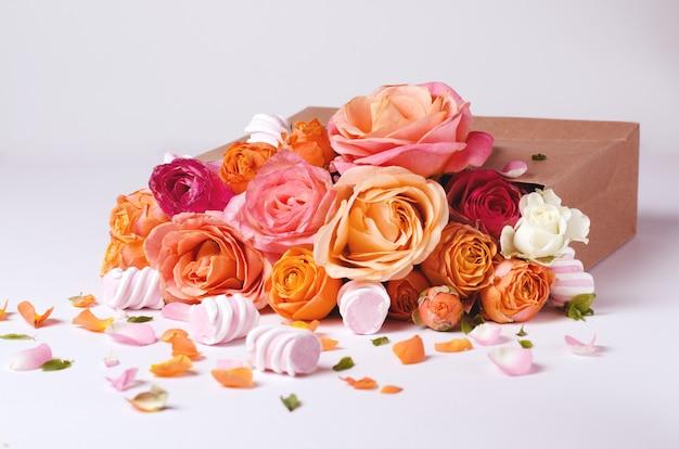 Cornice di rose viventi. bellissimo sfondo floreale modello di scheda per le vacanze di primavera con spazio creativo per il testo.
