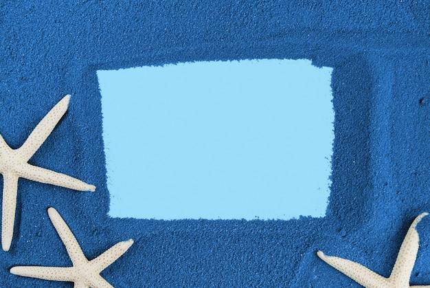 Cornice di sabbia blu e stelle marine copia spazio. sabbia colorata.
