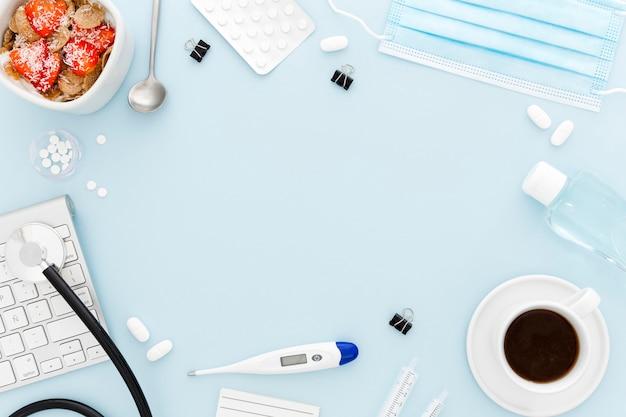 Cornice di scrivania medica e colazione