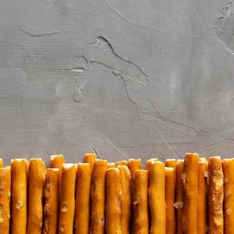 Cornice di snack salati vista dall'alto